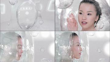 美女穿过水幕视频