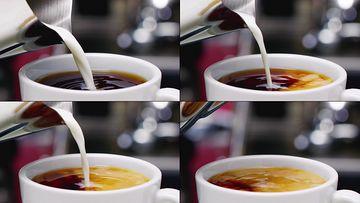 牛奶倒入到茶里