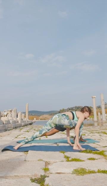 做瑜伽伸手的动作竖屏视频素材