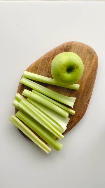 菜板上的芹菜和苹果竖屏素材