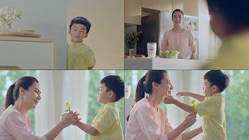 送花给妈妈的小男孩视频素材