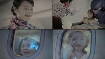 在飞机上的小女孩看向窗外
