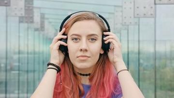戴耳机听音乐的紫发美女