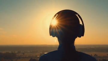 戴耳机听音乐的男人剪影