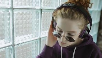 音乐发烧友戴耳机听音乐的美少女