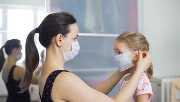 妈妈给女儿戴口罩视频素材