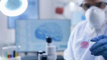 科学家用显微镜观察试剂