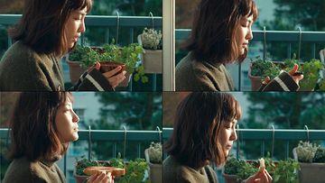 在阳台上吃早餐的美女