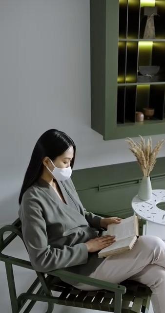戴口罩看书的亚裔美女