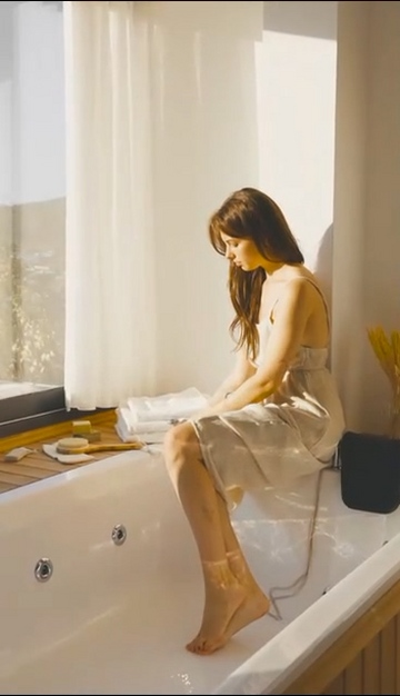 坐在浴缸里洗手的女人