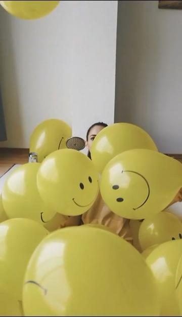拍打气球的女人
