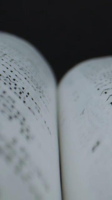 镜头穿过书的表面