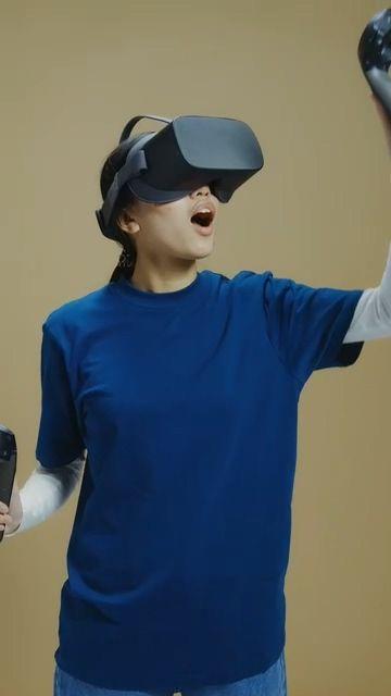 玩AR游戏的美女惊讶
