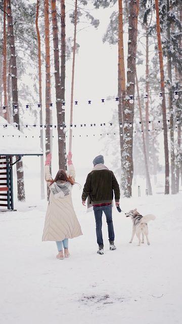 雪地里的情侣去遛狗