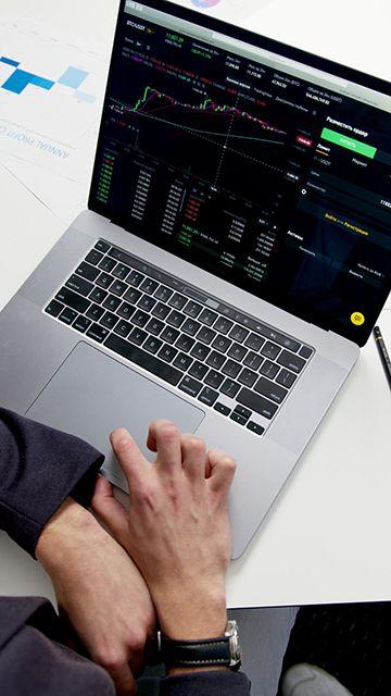 在电脑里看股票行情视频素材