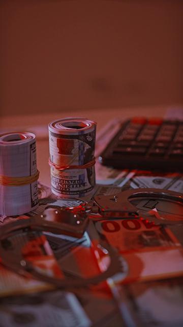 手铐和桌面上的美金视频素材
