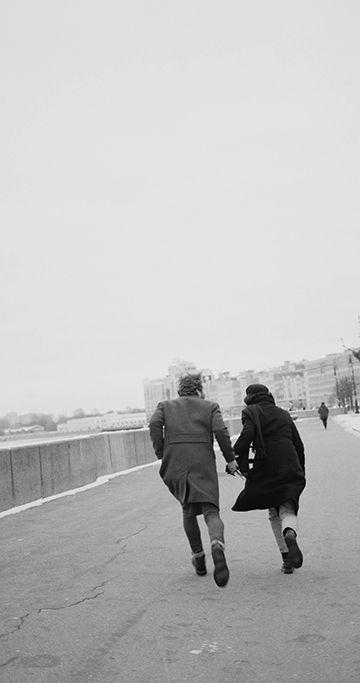 一对情侣跑向远方竖屏视频