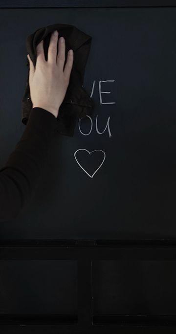 擦掉黑板上的i love you视频素材