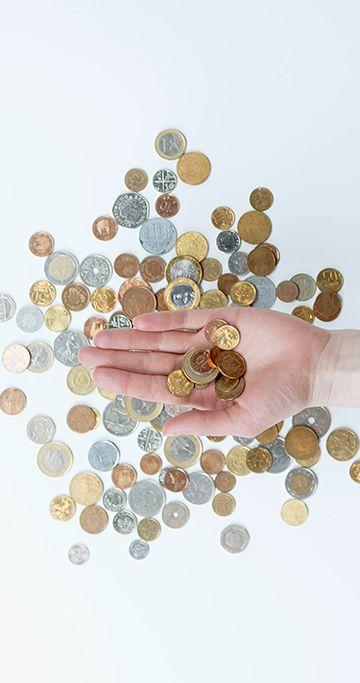 手上的一堆金币竖屏视频素材