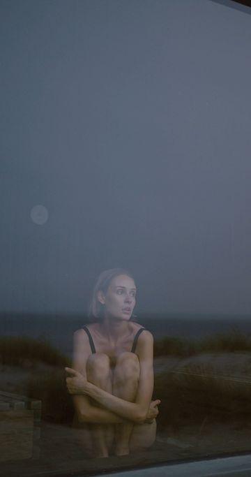 坐在窗户前抑郁的女人视频