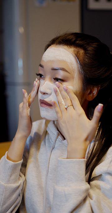 在脸上涂抹的亚洲女孩竖屏视频