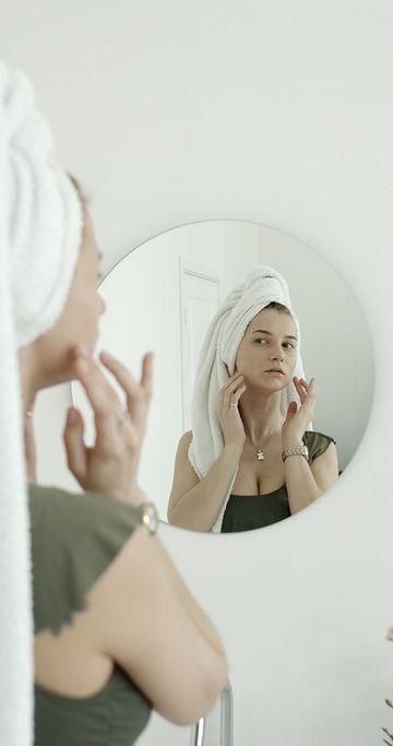 带着浴巾摸脸的女人竖屏视频素材
