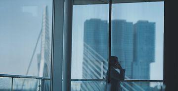 4K商务经理在窗外打电话视频素材