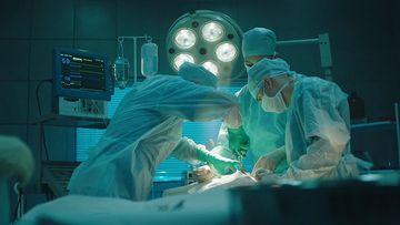 4K手术室里的外科医生在做手术