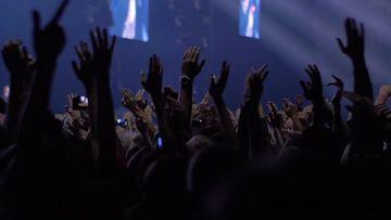 4K欢呼蹦迪的人群手挥舞视频素材