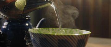 4K茶壶往碗里倒水泡茶视频素材
