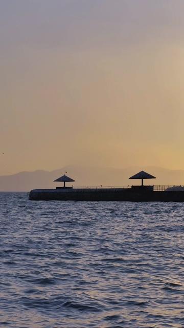 海那边的遮阳伞视频素材