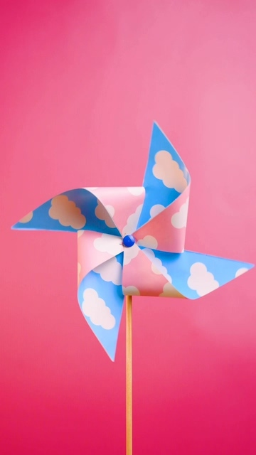 在粉红色的背景上旋转的风车视频素材
