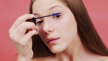 4K画眼睫毛的女人视频素材