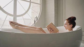 在浴缸里看书的美女视频素材