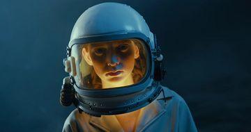 带着宇航员头盔的女人视频素材