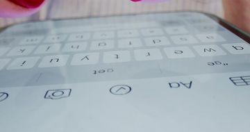 红指甲的手在打字视频素材