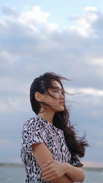 微风吹拂的亚裔美女竖屏视频素材
