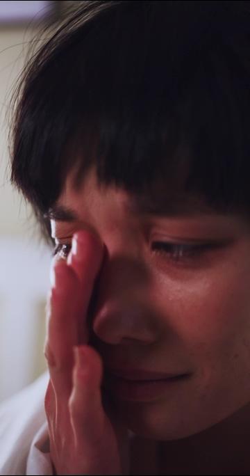 伤心哭泣的女孩竖屏视频素材